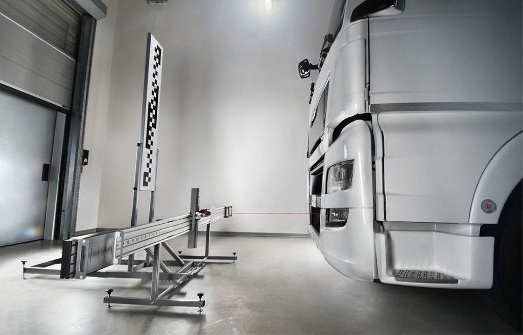KALIBRACJA KAMER I RADARÓW - ADAS Rozwiązanie TEXA składa się z paneli do kalibracji oraz systemu regulacji optycznej, który zawiera poprzeczkę pomiarową oraz laser, niezbędny do kontroli poprawnego pozycjonowania pojazdu względem zestawu i kalibracji radarów